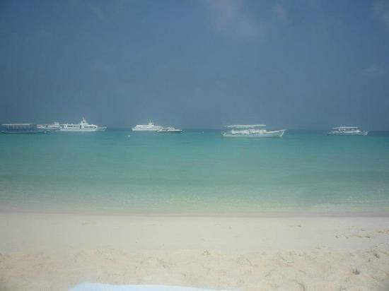Kuramathi Island Resort: La spiaggia davanti la camera