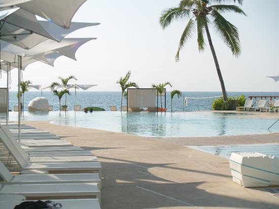 Hilton Puerto Vallarta Resort: Main pool area by restaurants