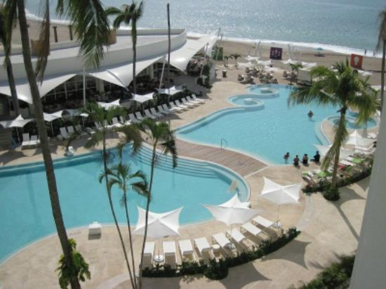 Hilton Puerto Vallarta Resort: Pools and restaurants