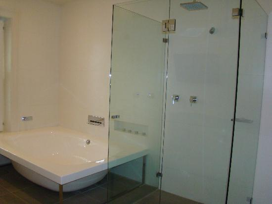 The Stirling Hotel: Double Bath