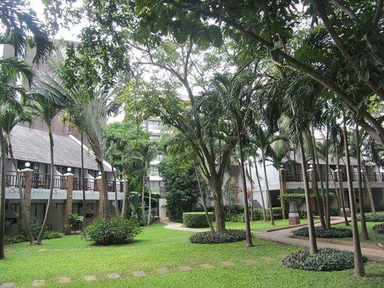 Woodlands Hotel & Resort: Корпуса среди пальм