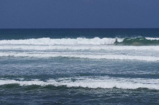 แอซซัวร์ บีช วิลลา: Surf waves
