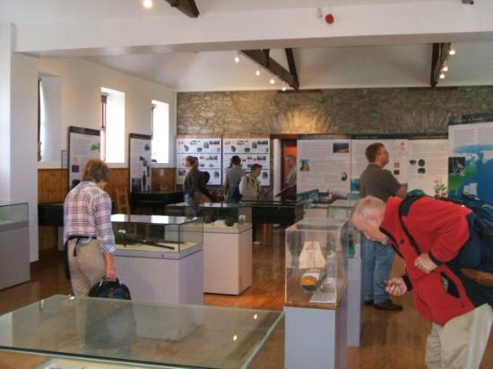 Musaem Chorca Dhuibhne: Visitors examining the displays