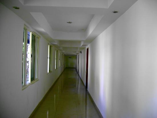 Hotel Spring Valley: First floor corridor