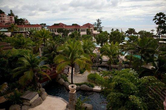 Centara Grand Beach Resort Phuket: На территории отеля очень много зелени