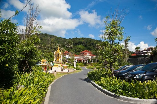 Centara Grand Beach Resort Phuket: На территории отеля многожество дорожек
