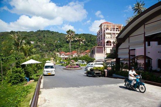 Centara Grand Beach Resort Phuket: Вид с лобби на территорию отеля.