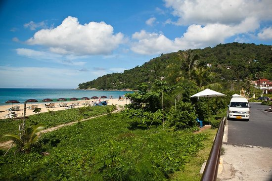 Centara Grand Beach Resort Phuket: Отель находится прямо на пляже.