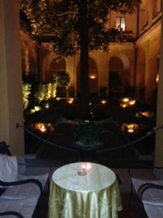 โรงแรมปาลาสโซคาดินัลเซซิ: Cardinal Cesi Courtyard