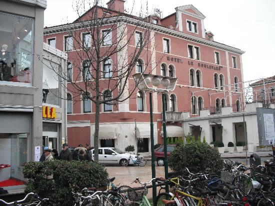 Le Boulevard Hotel: Hotel with Billa Supermarket on left