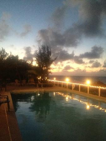 Cobalt Coast Grand Cayman Resort: Sunset from the pool