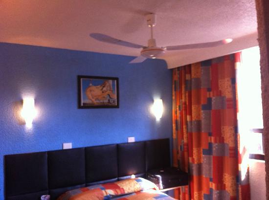 Hotel Ferrol : habitacion con vista a la calle.