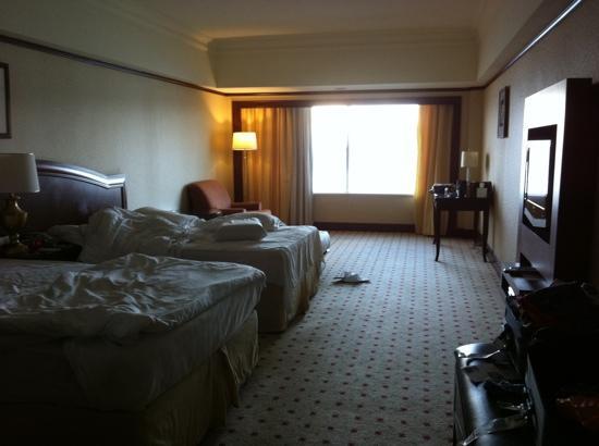 Le Meridien Kota Kinabalu: Huge room, with 2 queen beds plus my rollaway bed