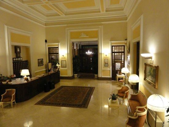 Grand Hotel Plaza & Locanda Maggiore: холл отеля