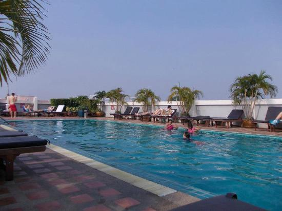 Rambuttri Village Inn & Plaza: Roof top pool