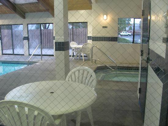 Super 8 Bend : Pool and hot tub