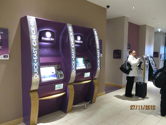 Premier Inn Edinburgh Park (The Gyle) Hotel: Machine checkin