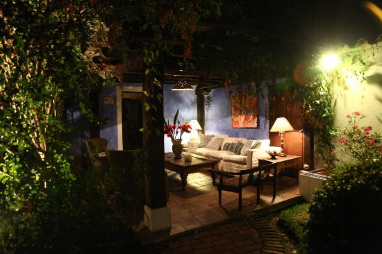 Casa Capuchinas: Sitting area at night