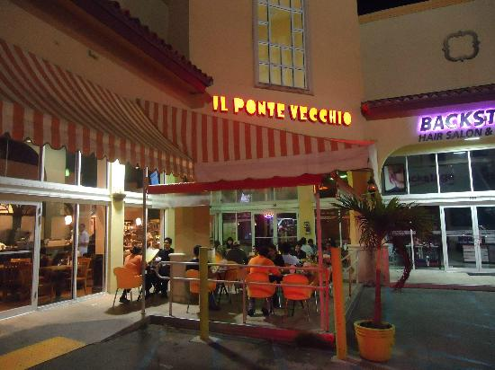 iL Ponte Vecchio Pizzeria : Outside dining with a great atmosphere!