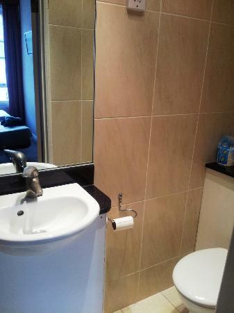 Wedgewood Hotel: bagno 312