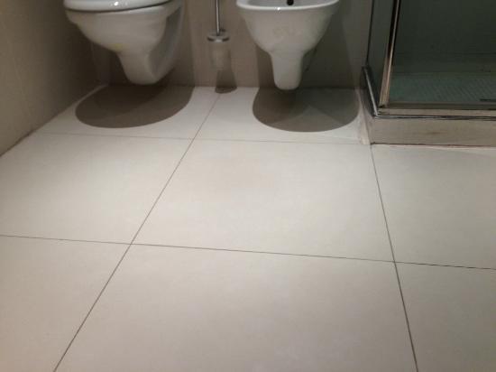 Boscolo Residence: Nicht gereinigter Badezimmerboden 