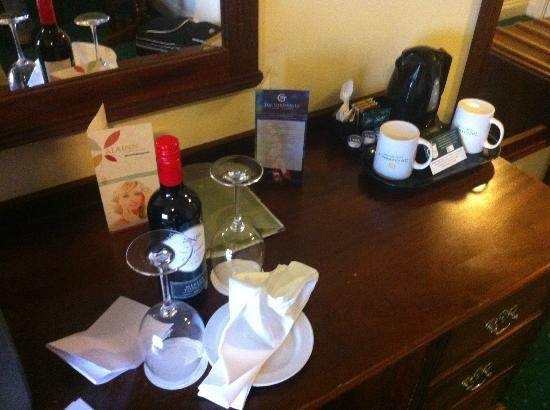 Gleneagle Hotel: Bottle of wine we ordered before our arrival and the tea and coffee making facilities