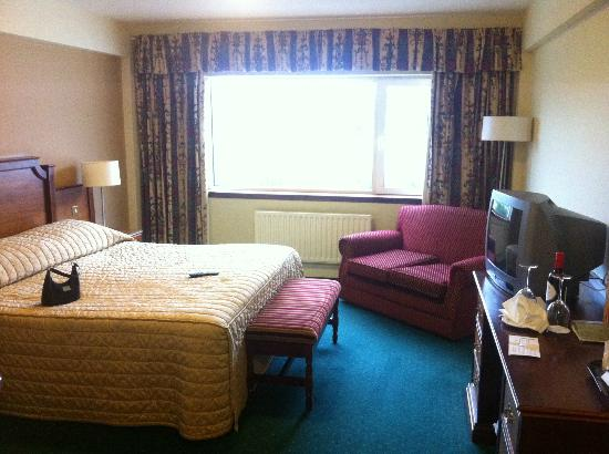Gleneagle Hotel: The room that met us on our arrival. stay away from the old part of gleneagles if at all possibl