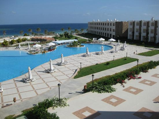 Royal Brayka Beach Resort: Pool area