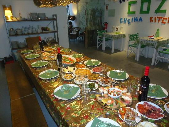 Gallery Hostel: The dinner table ready with delicious portuguese food