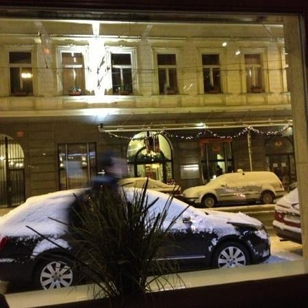 โรงแรมแอตแลนติค: вид на отель из пиццерии