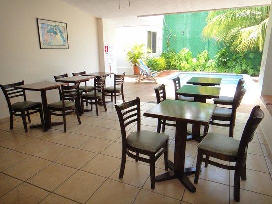 Hotel El Almendro Managua: Mesas del desayuno