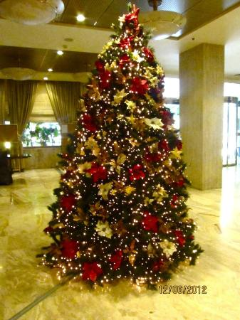 Divani Palace Acropolis: Christmas tree in lobby