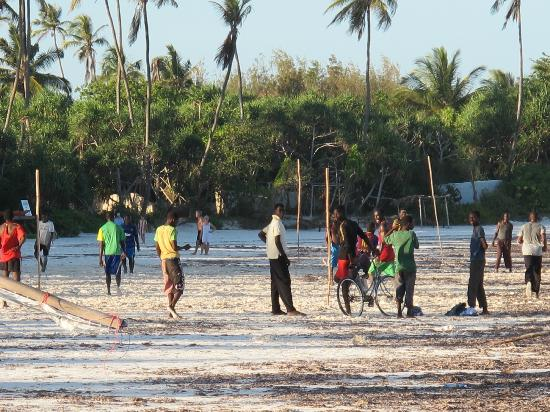 Green and Blue Ocean Lodge: Locals playing football