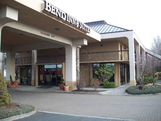 Bend Inn Suites: Hotel Exterior