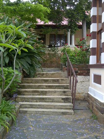 Melvin Residence Guest House: Steps leading to guest rooms
