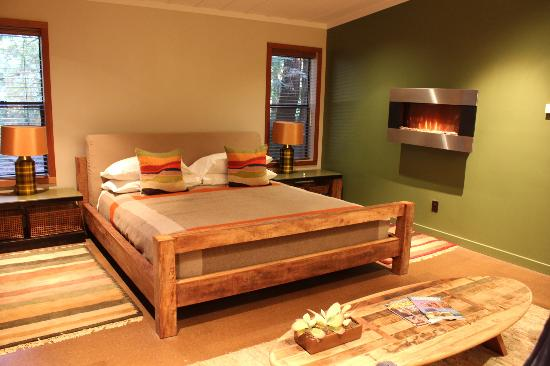 Glen Oaks Big Sur: bedroom with fireplace