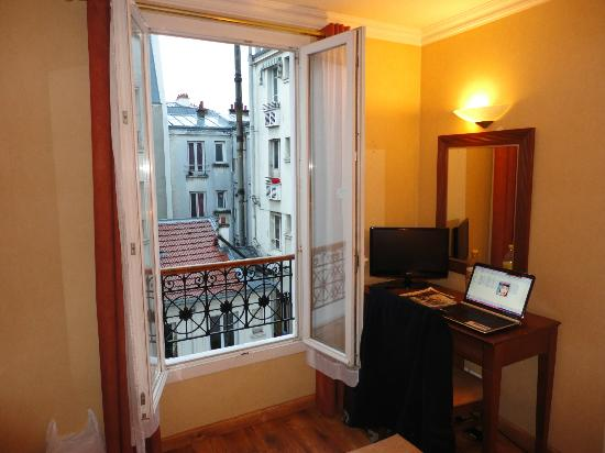 121 Hotel Paris: Window corner