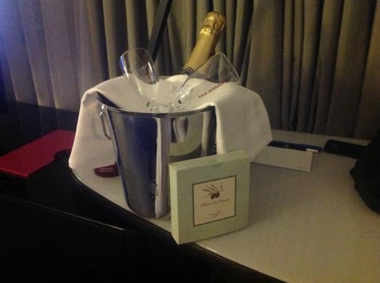 Renaissance Paris Arc de Triomphe Hotel: A nice surprise gift from the Hotel on our First Night.