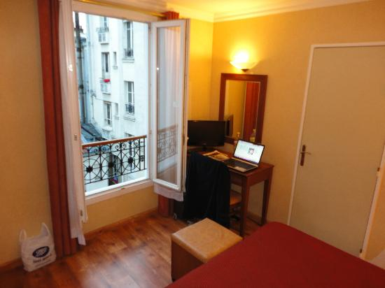 121 Hotel Paris : window view