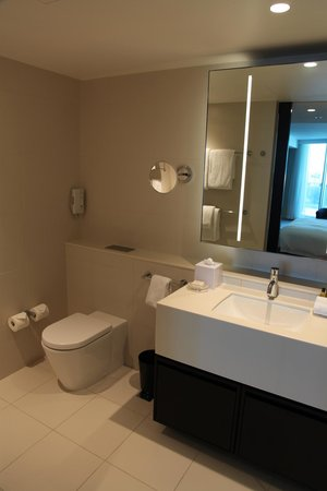 Hilton Surfers Paradise Hotel: My bathroom