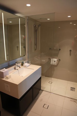 Hilton Surfers Paradise Hotel & Residences: My bathroom