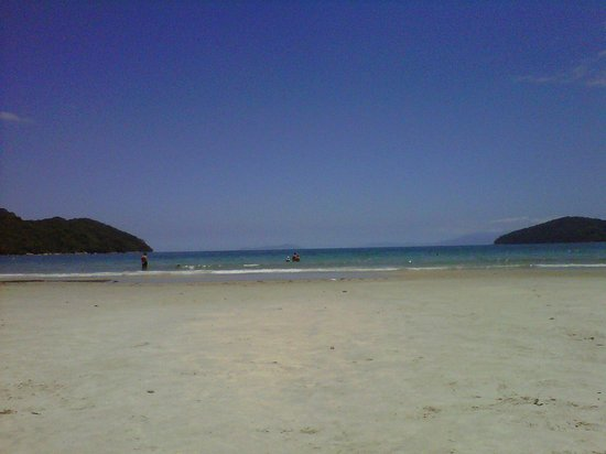 Ubatuba, SP: praia da enseada pela manhã