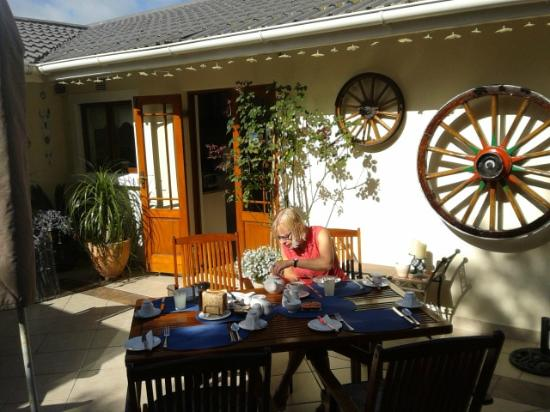 Candlewood Lodge: Breakfast in the garden