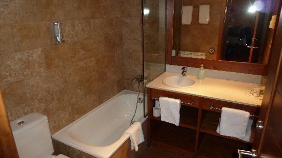 Aparthotel Bellver: lavabo y baño
