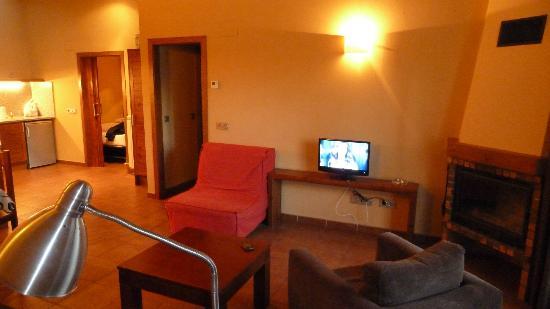 Aparthotel Bellver: Comedor, zona TV y sofá cama individual