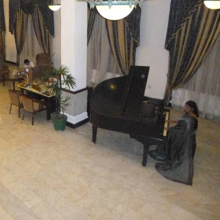Queen's Hotel: Pianist in lobby