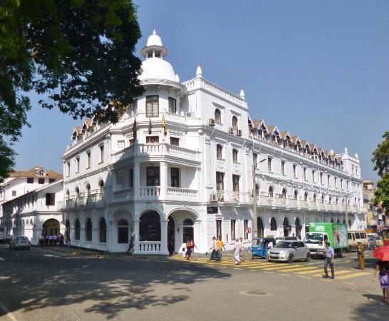 Queen's Hotel: Kandy, Queens Hotel frontage