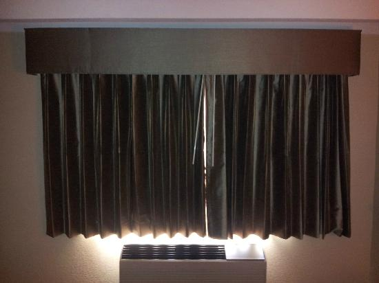 Days Inn Bloomington West: New blinds