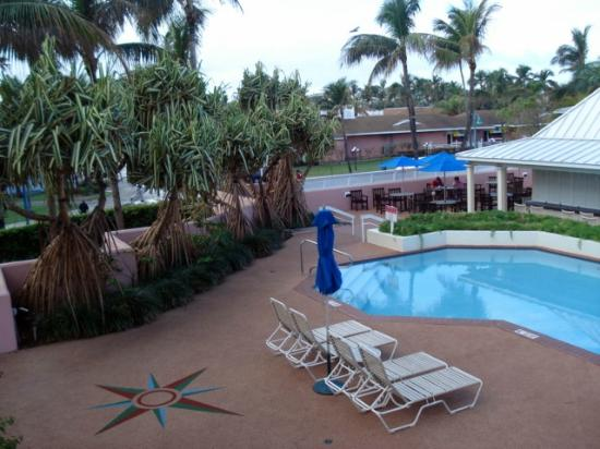 Comfort Suites Paradise Island: The pool & outside dining area