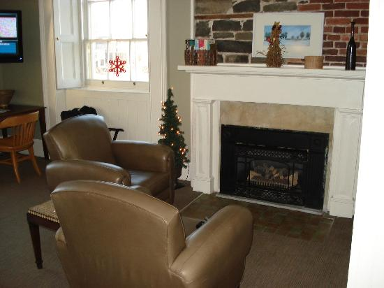 Frontenac Club Inn: Fleming Room Seating Area And Gas Fireplace